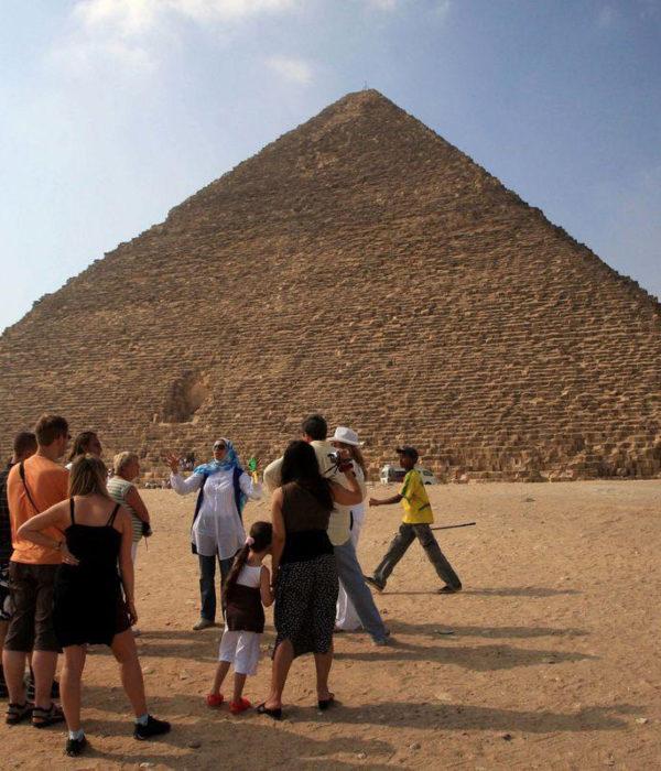 Grupo en las Pirámides-www.visitasguiadasegipto.com