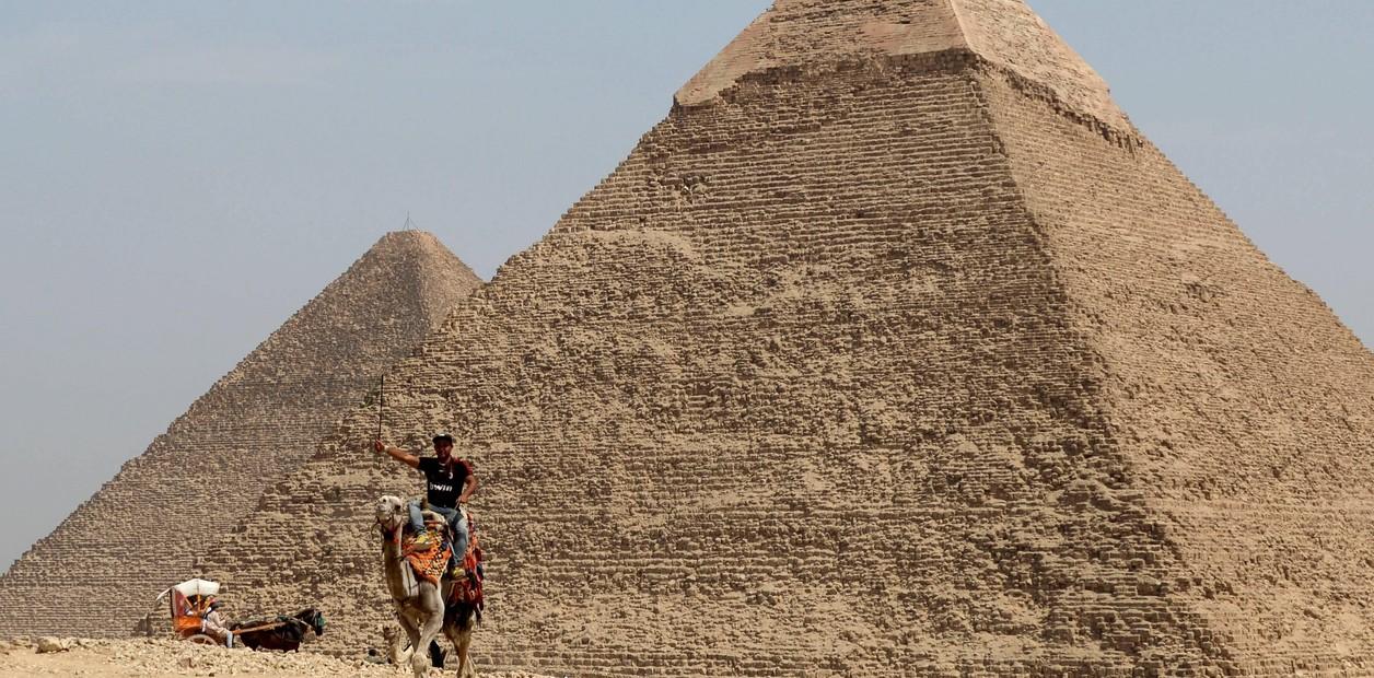 Paseo en Camello por las Pirámides-www.visitasguiadasegipto.com