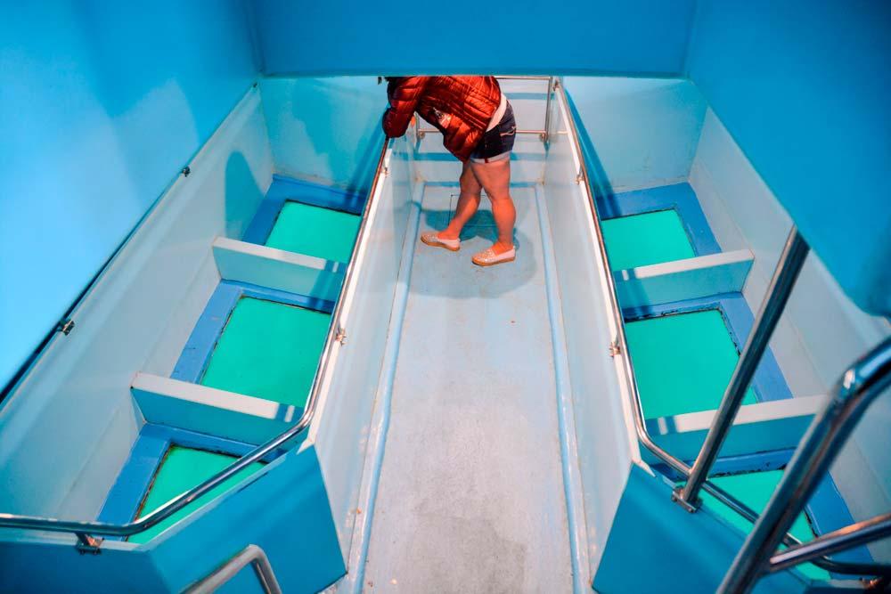 Interior Barco con fondo de cristal-www.visitasguiadasegipto.com
