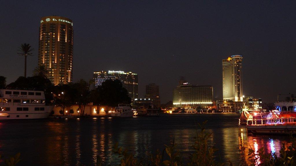Vista nocturna desde El Nilo-www.visitasguiadasegipto.com